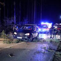 2020-02-16_Unfall_Oberschönegg_Weinried_MN8_PKW_Wald (2)