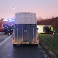 2020-03-10_A7_Dettingen_Berkheim_Unfall_Pferdetransporter_Feuerwehr_IMG_6353