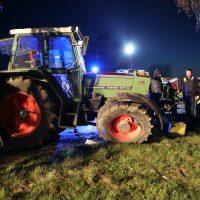 2020-04-07_B16_Baisweil_Traktor_Pkw-Unfall_Feuerwehr AOV_6ABBB840-6188-45B6-A853-5D832E71165B