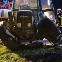 2020-04-07_B16_Baisweil_Traktor_Pkw-Unfall_Feuerwehr AOV_D3261A18-F024-42D3-9B43-553AB1F5C9D6