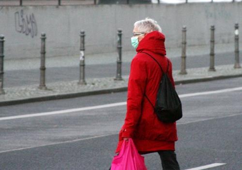 Seniorin mit Mundschutz und Einkaufstüte, über dts Nachrichtenagentur