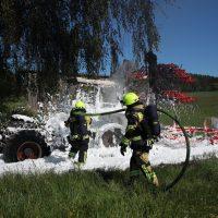 2020-05-07_guenzburg_Niederraunau_Brand_Traktor_Feuerwehr_Bringezu__0D2ED5F7-A7C1-42A5-BD00-84E75EE29AFC