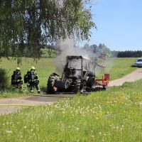 2020-05-07_guenzburg_Niederraunau_Brand_Traktor_Feuerwehr_Bringezu__20B53971-E677-4872-AE93-9A0B22546489