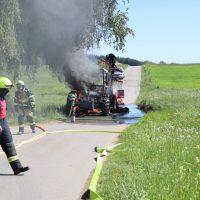 2020-05-07_guenzburg_Niederraunau_Brand_Traktor_Feuerwehr_Bringezu__70878DFB-CF27-49D6-85E3-ADD20BB6F8B3