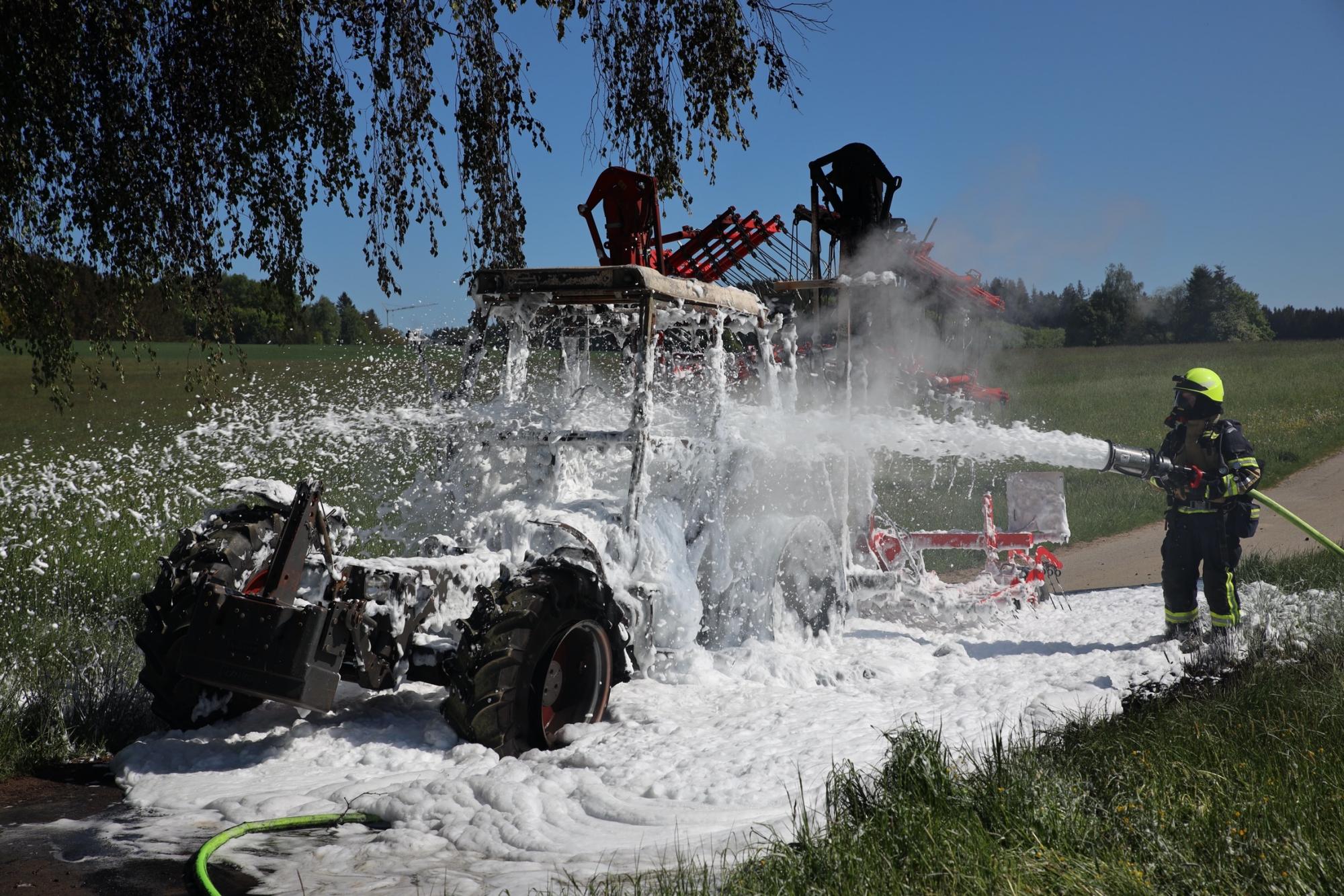 2020-05-07_guenzburg_Niederraunau_Brand_Traktor_Feuerwehr_Bringezu__9081F303-1885-4FA7-8107-6599A009F18A