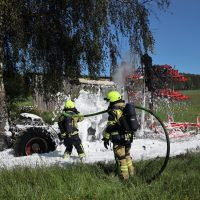 2020-05-07_guenzburg_Niederraunau_Brand_Traktor_Feuerwehr_Bringezu__98CC626A-EF8C-4948-9F8A-1D9C0C041ACF