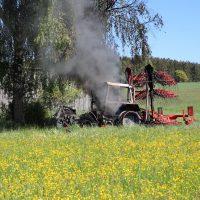 2020-05-07_guenzburg_Niederraunau_Brand_Traktor_Feuerwehr_Bringezu__E06DE351-9988-45F3-9209-0FB85116A3B9