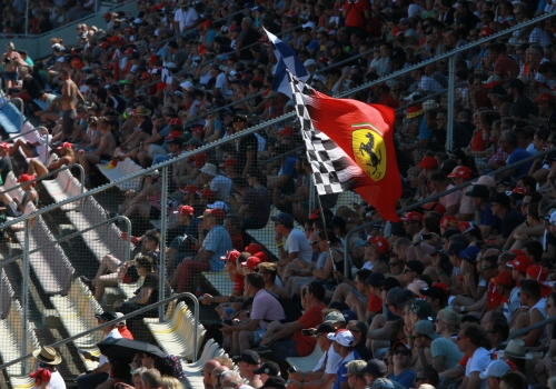 Formel-1-Fans mit Ferrari-Fahne, über dts Nachrichtenagentur