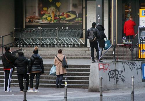 Schlange stehen vor Supermarkt, über dts Nachrichtenagentur