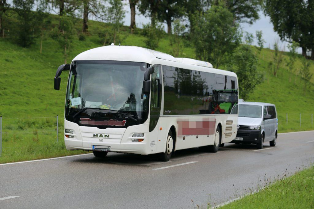 2020-07-06_Oberguenzburg_Ostallgaeu_Linienbus_Schwerverletzte_Frau_Rettunshubschrauber_Polizei_Poeppel_IMG_7135