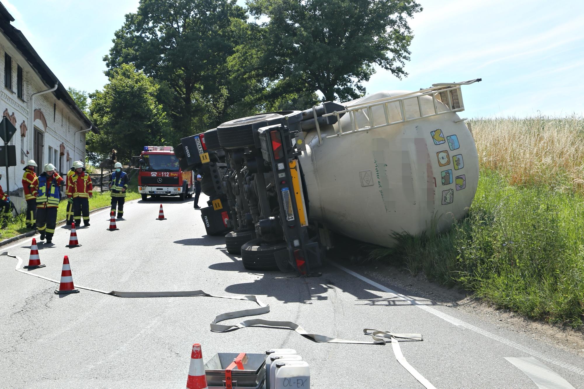 2020-07-13_B312_Edenbachen_Lkw-Unfall_Silozug_Feuerwehr_Kutter_pel_IMG_7188