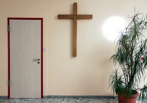 Kreuz in einem Krankenhaus, über dts Nachrichtenagentur