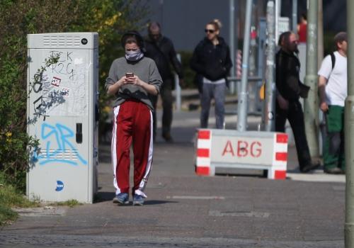 Menschen mit und ohne Mundschutz, über dts Nachrichtenagentur