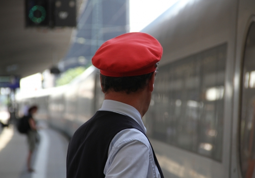 Zugschaffner am Bahnsteig, über dts Nachrichtenagentur