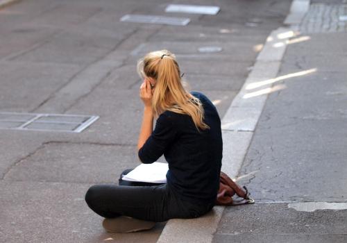 Junge Frau beim Telefonieren, über dts Nachrichtenagentur