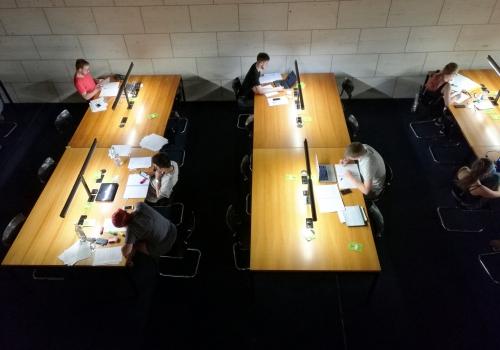 Studenten in einer Bibliothek, über dts Nachrichtenagentur
