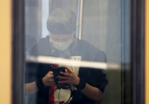 Jugendlicher mit Schutzmaske in einer S-Bahn, über dts Nachrichtenagentur