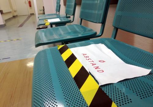 Sitzbänke mit Corona-Abstandshinweis, über dts Nachrichtenagentur