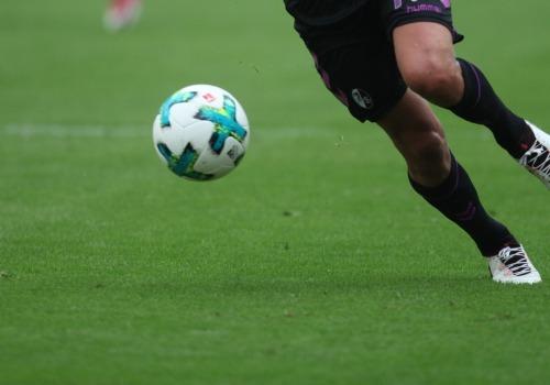 Spieler des SC Freiburg am Ball, über dts Nachrichtenagentur