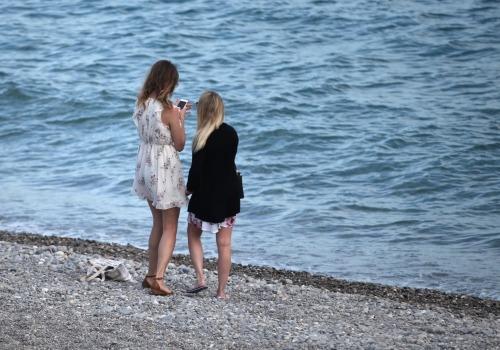 Zwei junge Frauen am Strand, über dts Nachrichtenagentur