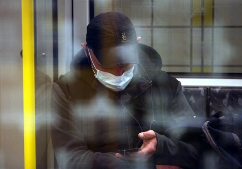 Mann mit Schutzmaske in einer U-Bahn, über dts Nachrichtenagentur