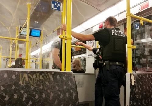 Polizei kontrolliert Maskenpflicht in U-Bahn, über dts Nachrichtenagentur
