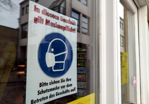Corona-Hinweisschild im Einzelhandel, über dts Nachrichtenagentur