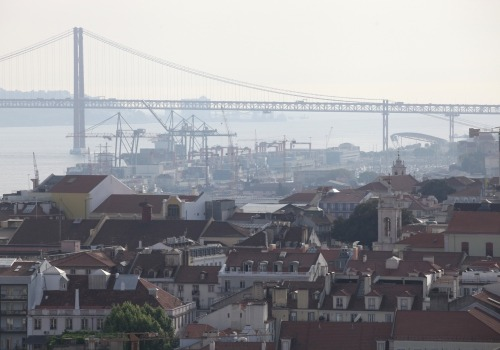 Altstadt von Lissabon mit Hafen und Brücke, über dts Nachrichtenagentur