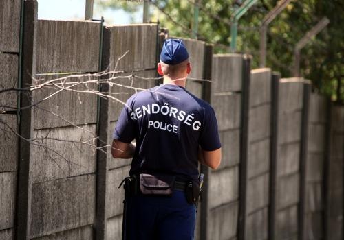 Ungarische Polizei an einer Mauer mit Stacheldraht, über dts Nachrichtenagentur