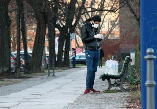 Mann mit Wasserflaschen und Mundschutz, über dts Nachrichtenagentur