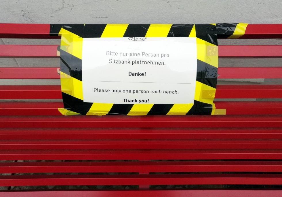 Sitzbank mit Corona-Warnhinweis, über dts Nachrichtenagentur