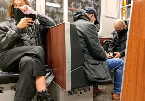 Männer mit Maske in einer U-Bahn, über dts Nachrichtenagentur