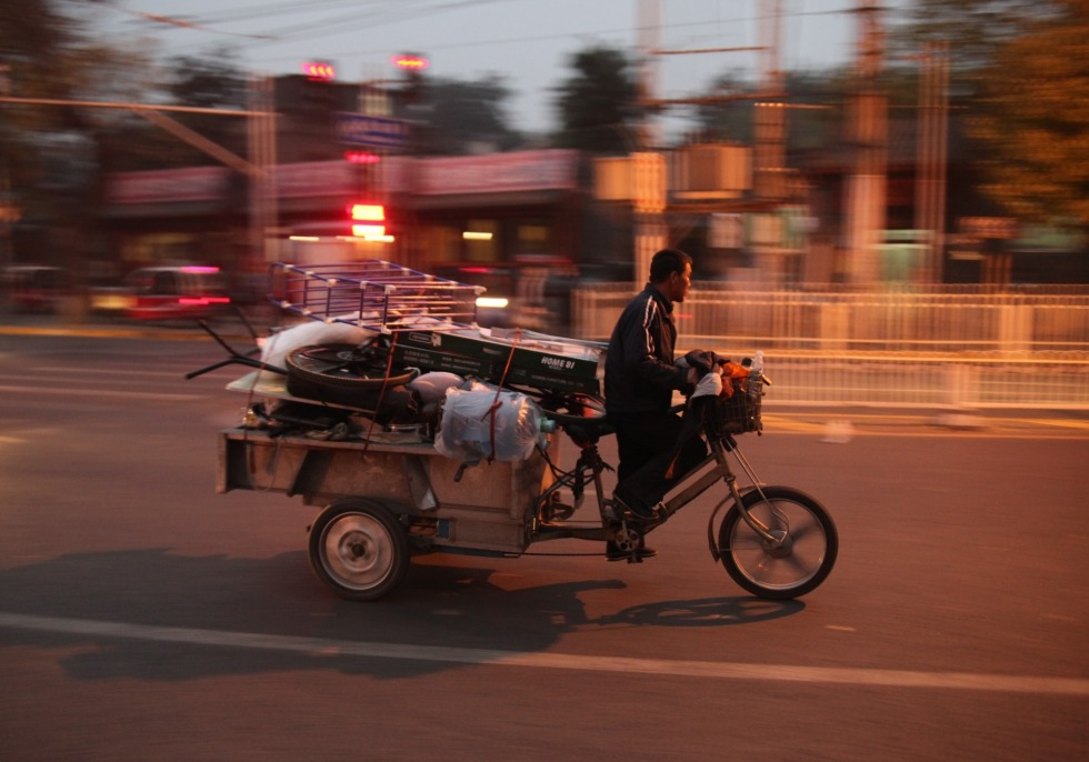 Mann fährt auf Motorrad mit Ladefläche in China, über dts Nachrichtenagentur