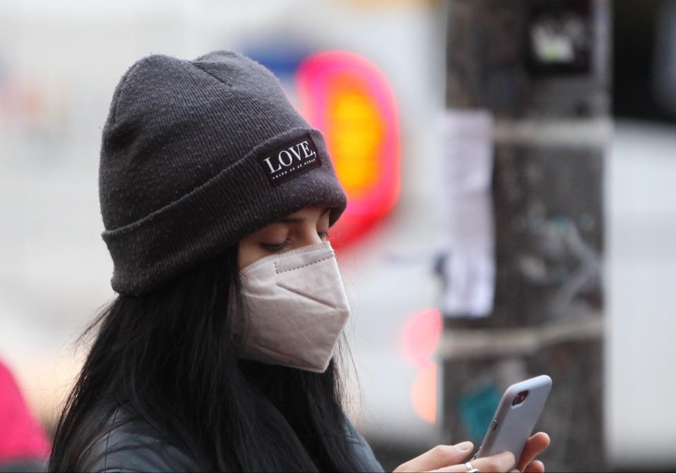 Frau mit Mund-Nasen-Schutz, über dts Nachrichtenagentur