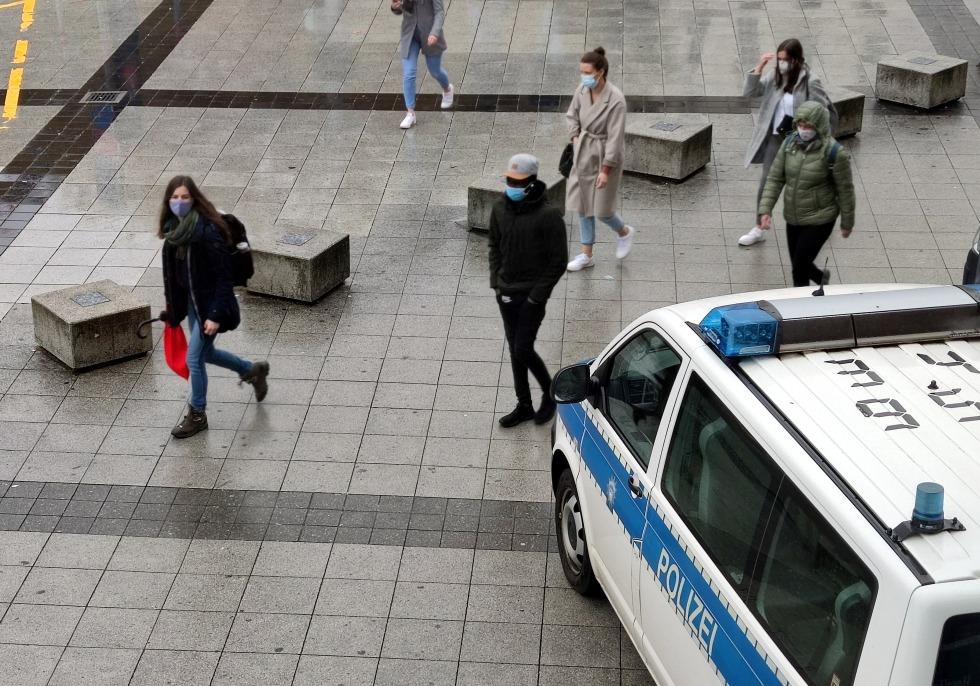 Menschen mit Schutzmaske, über dts Nachrichtenagentur