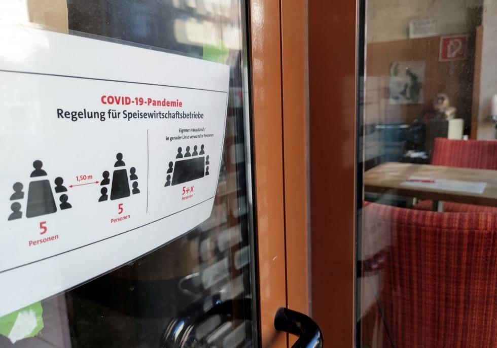 Hinweisschild an einer geschlossenen Bar, über dts Nachrichtenagentur