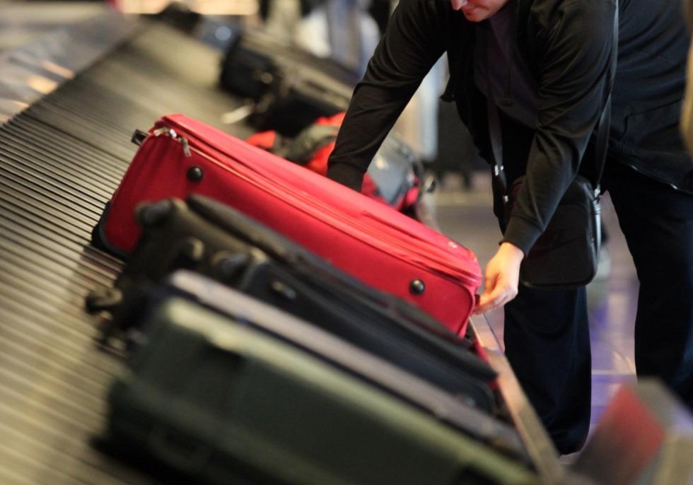 Reisende an einem Gepäckband, über dts Nachrichtenagentur