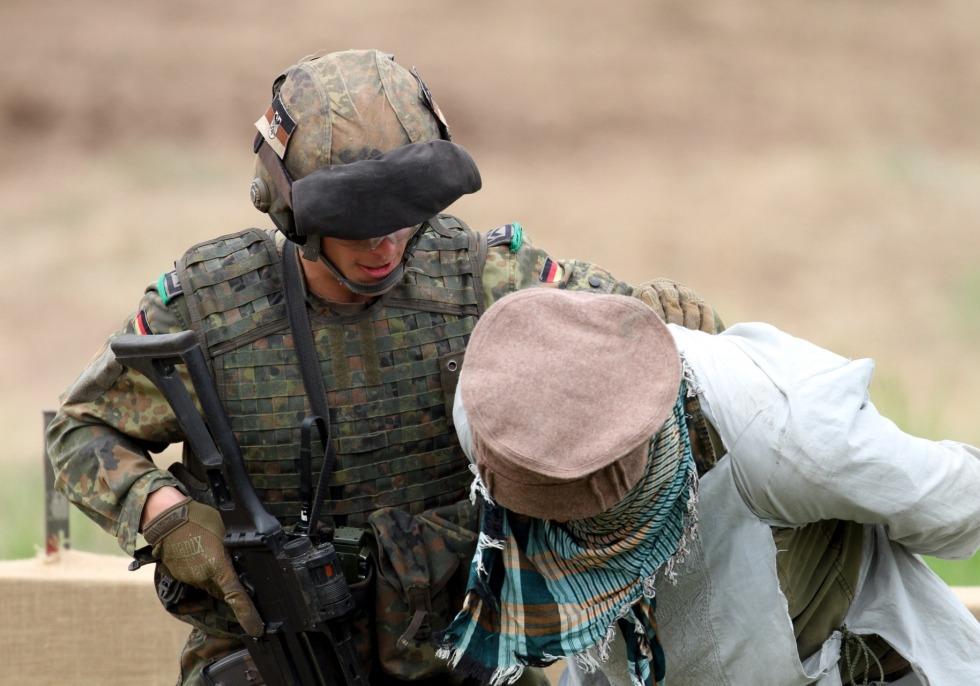 Soldat übt Festnahme, über dts Nachrichtenagentur