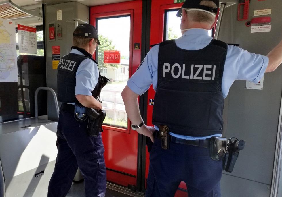 Zwei Polizisten im Zug, über dts Nachrichtenagentur