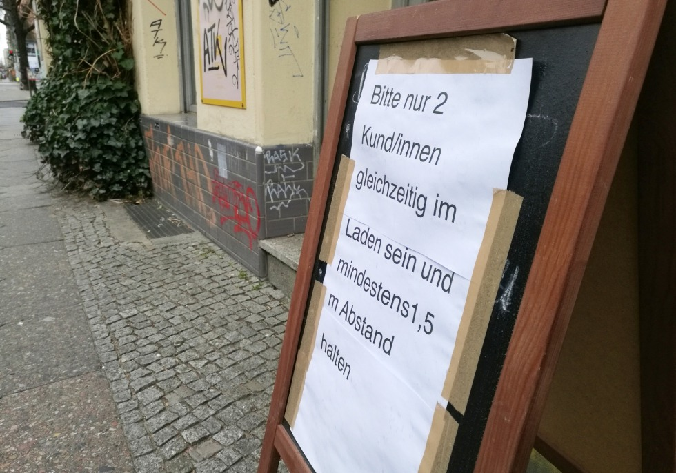 Abstandshinweis vor einem Laden, über dts Nachrichtenagentur