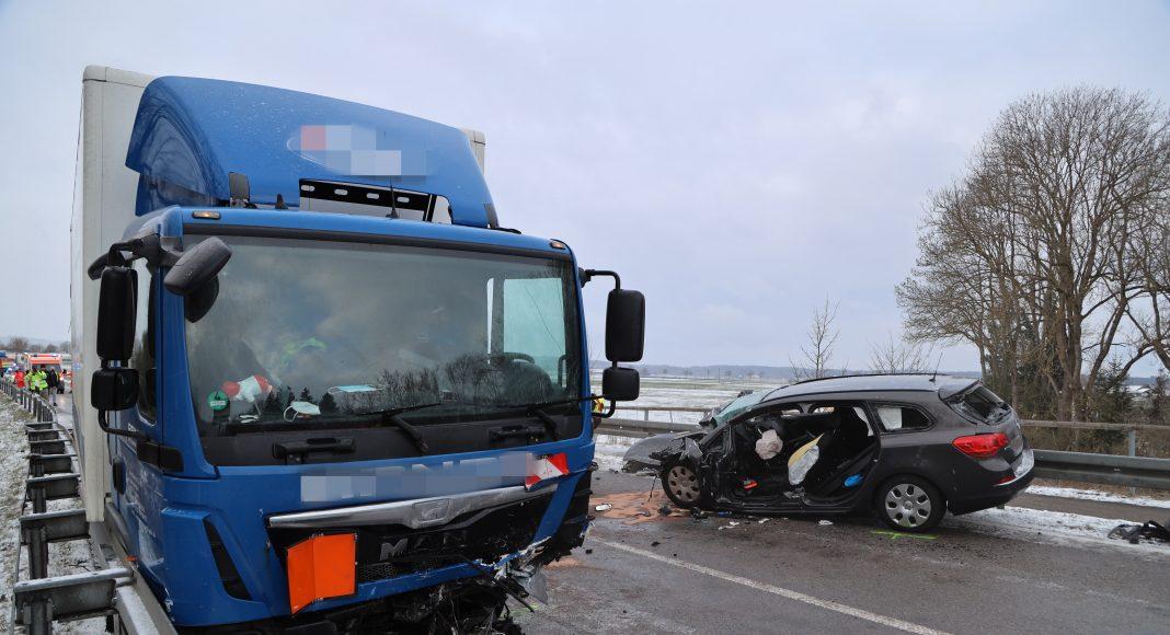 2021-04-07_Unfall_Ettringen_ST2015_LKW_PKW_Frontal_Feuerwehr_Hubschrauber (29)